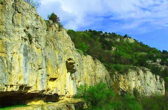 imagesv-krymskih-gorah-imejutsja-peschery-kanony-uschelja-thumb.jpg